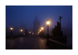 fotografie Noční Karlův most v mlze