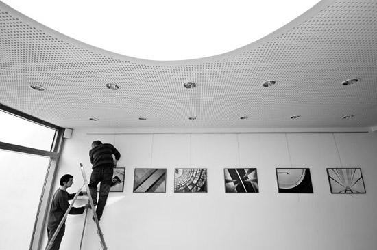 příprava výstavy fotografií